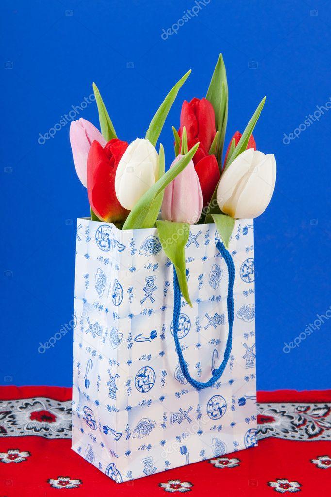 d089269fe8e Nederlandse souvenir tas met tulpen — Stockfoto © ivonnewierink #9407300