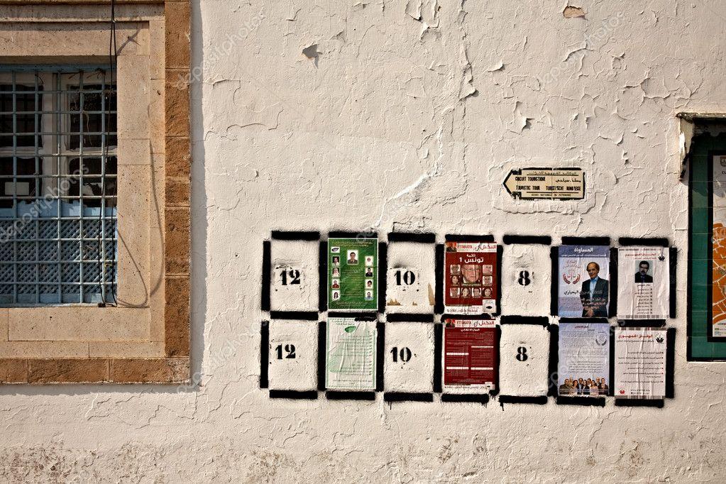 coloca carteles electorales fot en la pared en Túnez — Foto ...