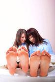 Fényképek Két barna lány az ágyban