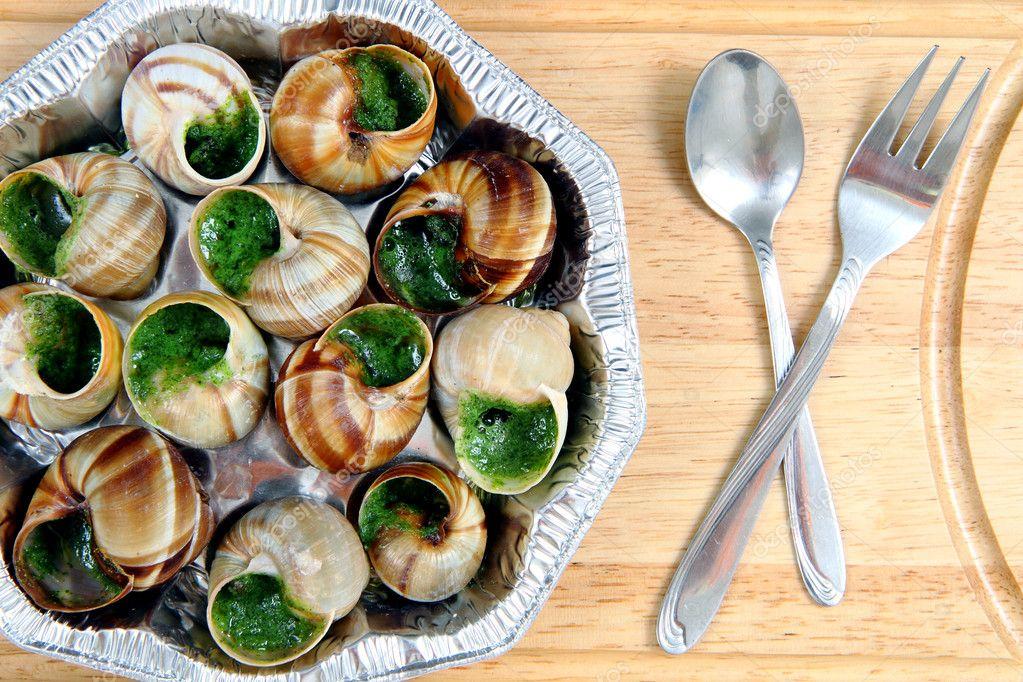 caracoles como comida gourmet francesa fotos de stock