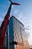 vysoký jeřáb a kancelářské budovy ve stavebnictví