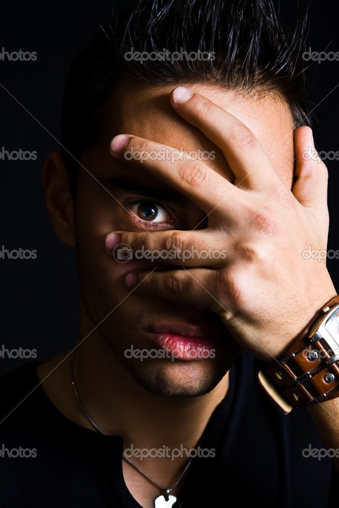 homme timide de spooky cacher avec la main sur le visage photographie dundanim 9920869. Black Bedroom Furniture Sets. Home Design Ideas
