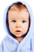 Jedno dítě dítě s modrýma očima, izolované na bílém