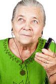 Fotografie Seniorin hört Musik am Handy
