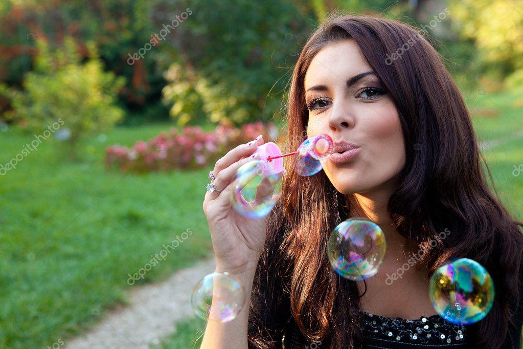 Девушка с мыльными пузырями картинка