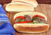 Klobása, cibule a papriky sub sendvič