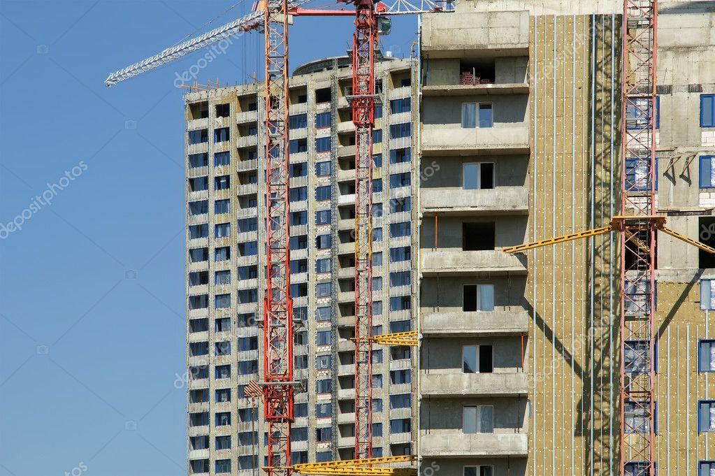 byggnaden kranen på bakgrund av en flera våningar byggnad u2014 Stockfotografi u00a9 VLADJ55 #10129537