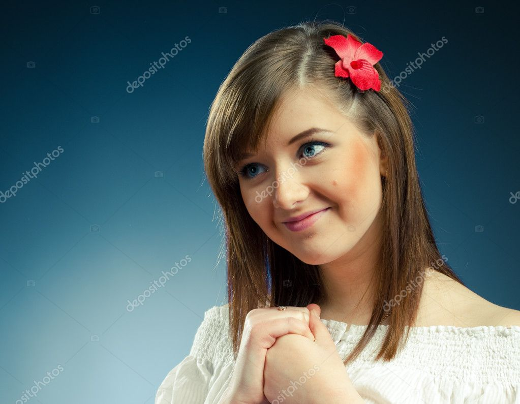Девушка с очаровательной улыбкой