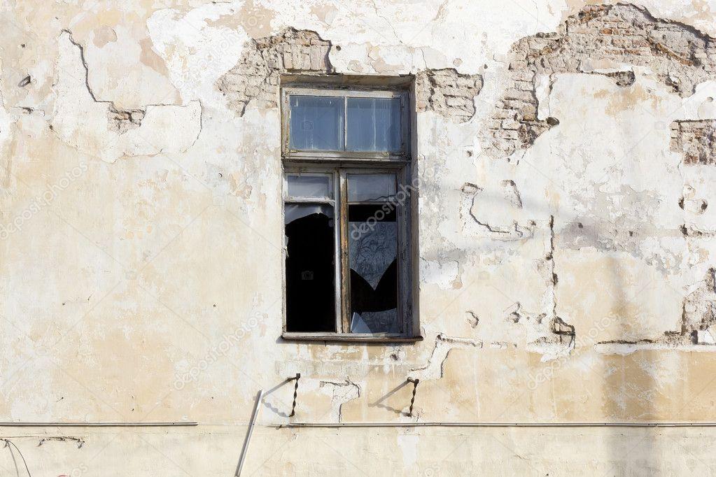 Zerbrochenes Fenster In Verlassenen Haus Stockfoto Vilaxlt 9877743