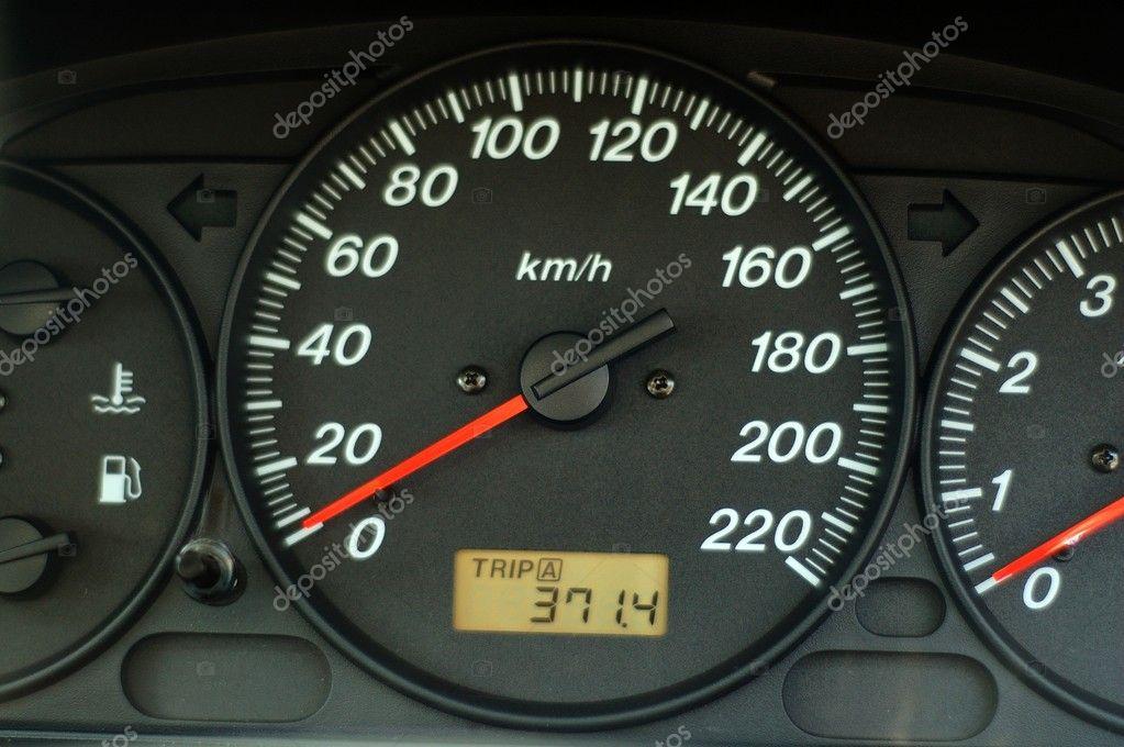 Armaturenbrett des autos mit geschwindigkeits und