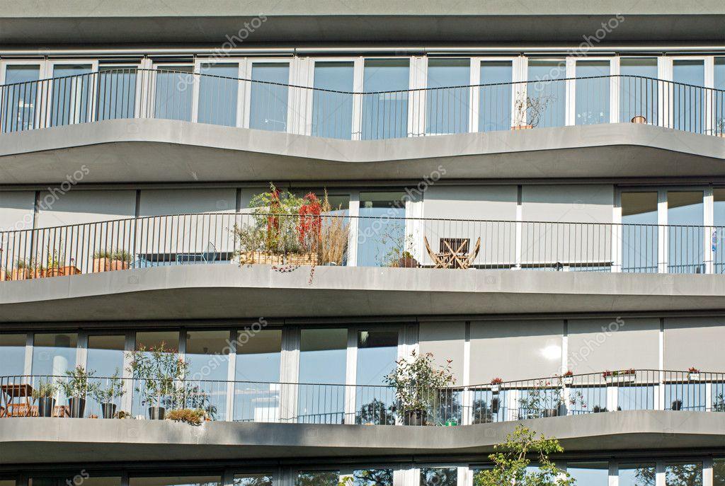 Fachada de unos modernos apartamentos foto de stock for Fachadas apartamentos modernos