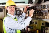 Fotografie elektrikář pracuje na průmyslové stroje