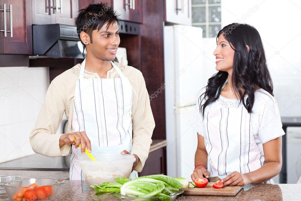 pareja joven indio en cocina — Fotos de Stock © michaeljung #10423514