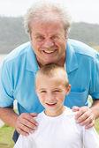 Fotografie šťastný dědeček a vnuk