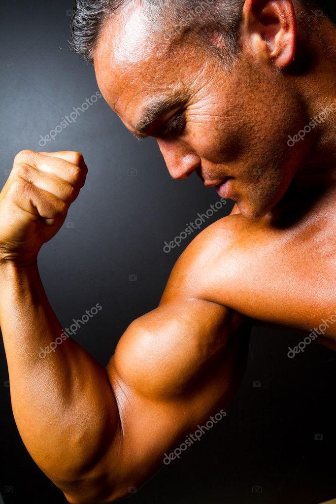brazo fuerte hombre musculoso mostrando — Fotos de Stock ...
