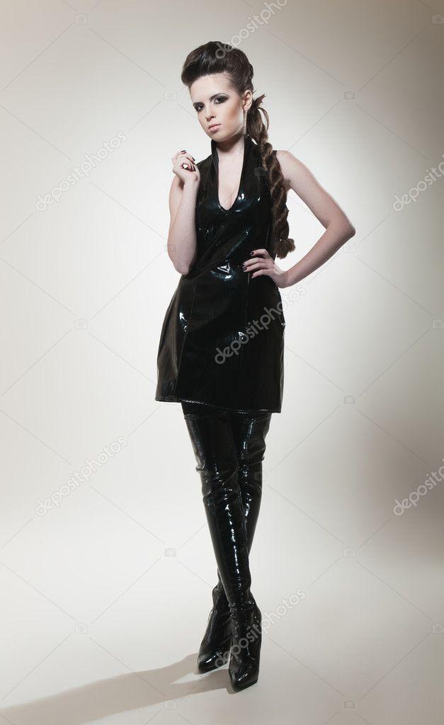 Mujer Sexy Morena Con Vestido Negro Y Botas Foto De Stock