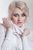 Portait blond ženy v bílém svetru