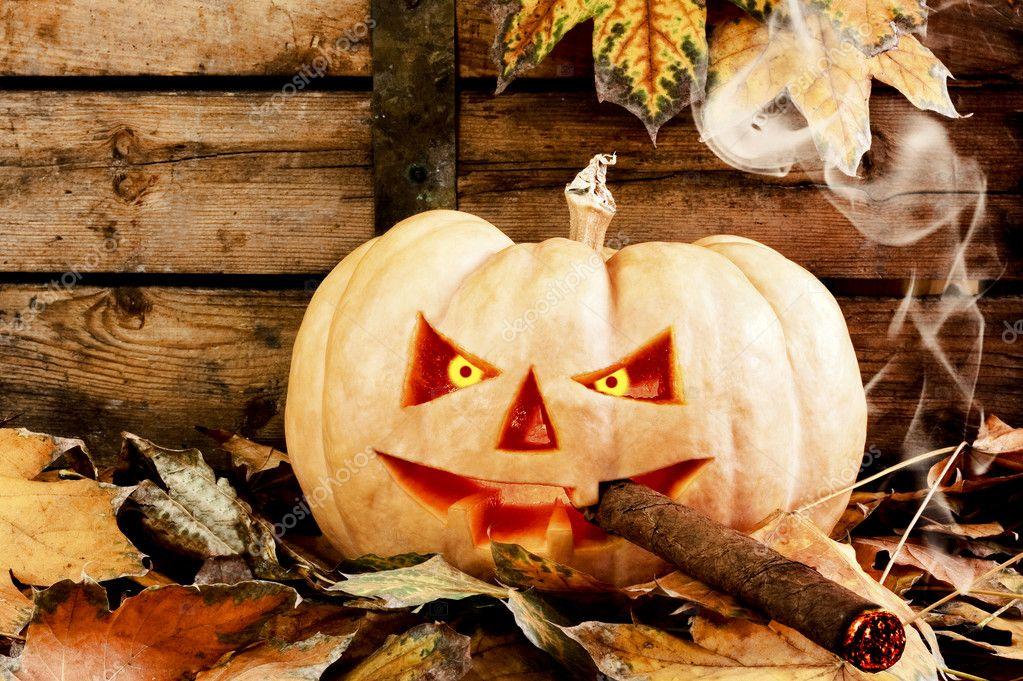 ¿ Truco o Trato ? - Página 2 Depositphotos_10385462-stock-photo-halloween-creepy-pumpkin-smoking-cigar