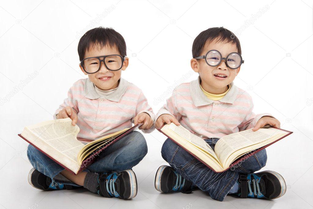 gl ckliche kinder mit gro en buch mit schwarzer brille. Black Bedroom Furniture Sets. Home Design Ideas