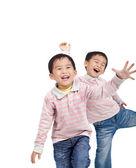 Fotografia ridere i ragazzi asiatici piccoli isolati su sfondo bianco
