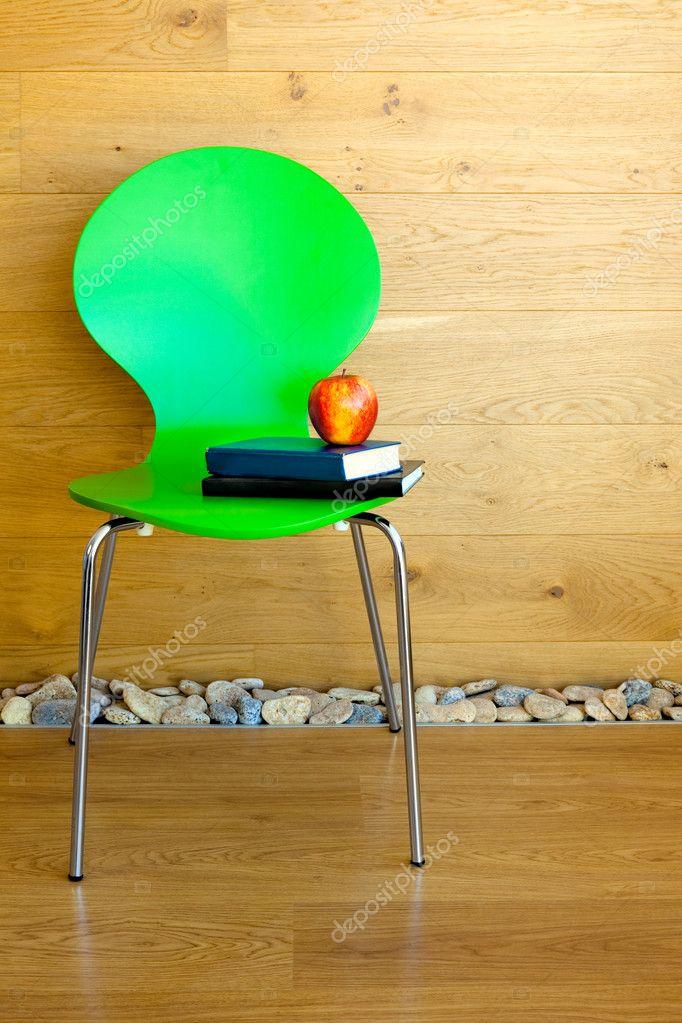 Chaise Verte Pomme Rouge Quelques Livres Contre Le Mur En Bois Mode Photo