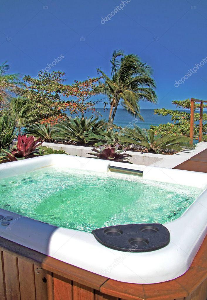 Aire libre jacuzzi spa moderno bajo un hermoso cielo azul - Jacuzzi aire libre ...