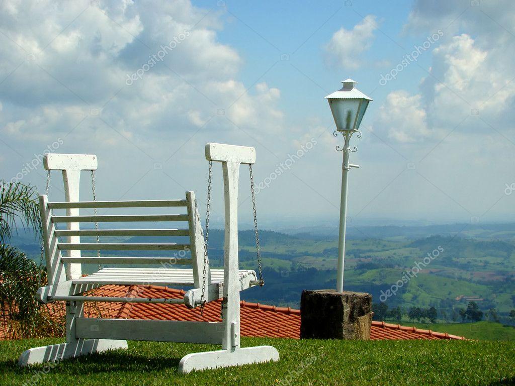 gunga stol och lampa under vackra himlen — stockfotografi