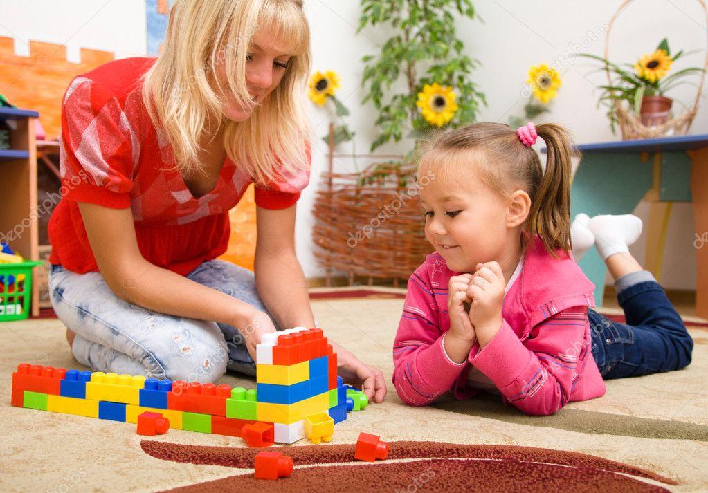Lehrer und Kind spielen mit Steinen — Stockfoto © Kobyakov #8080374