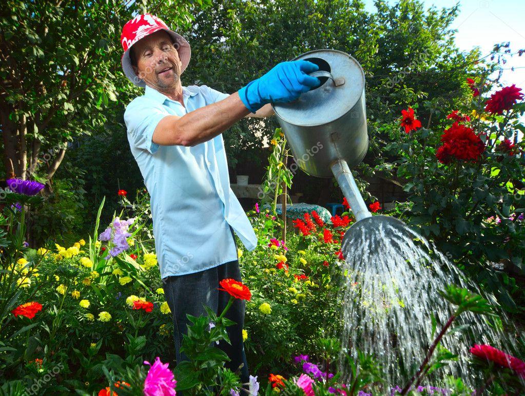 больших фото мужчина поливает цветы ценим наших клиентов