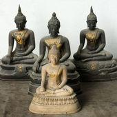仏と 3 つの石の光暗い像