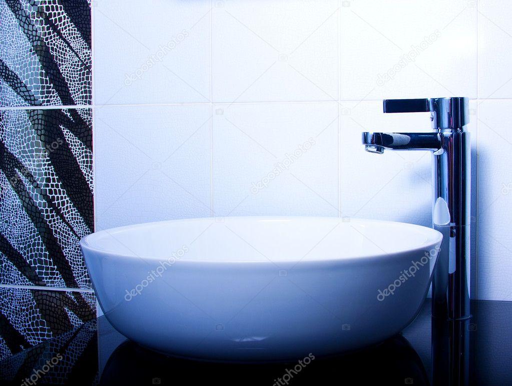 Badkamer Kraan Zwart : Moderne badkamer kraan u2014 stockfoto © violanda #9124683