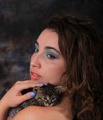 Fotografie junges Frauenporträt mit Kätzchen