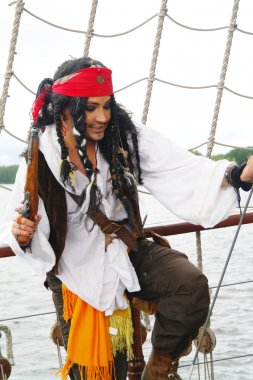 Actor Jack Sparrow in the form of a rope ladder on a sailing ship