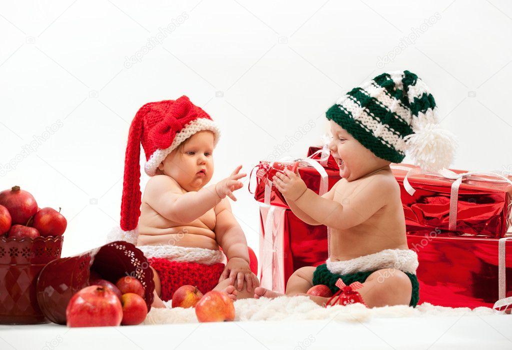 zwei niedliche babys in weihnachten kost me stockfoto. Black Bedroom Furniture Sets. Home Design Ideas