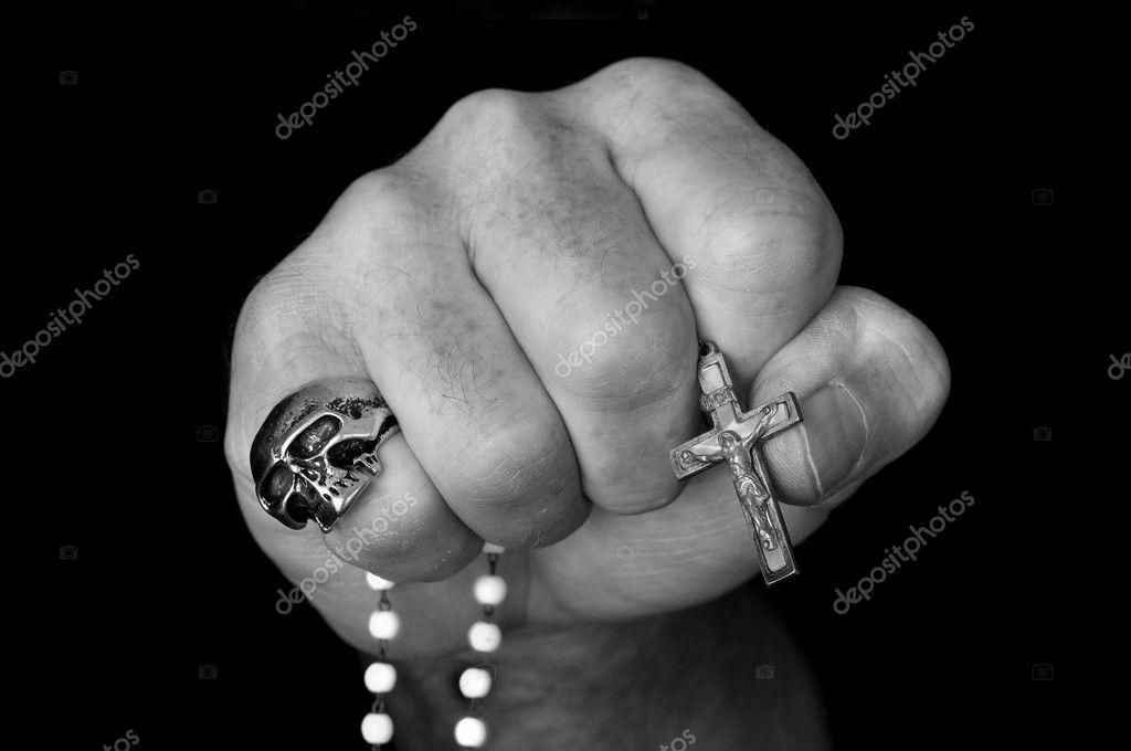 Картинка кулак с крестом