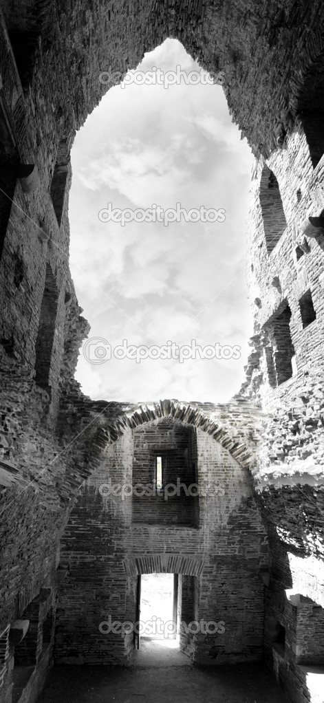 Inside carrigafoyle castle ruins