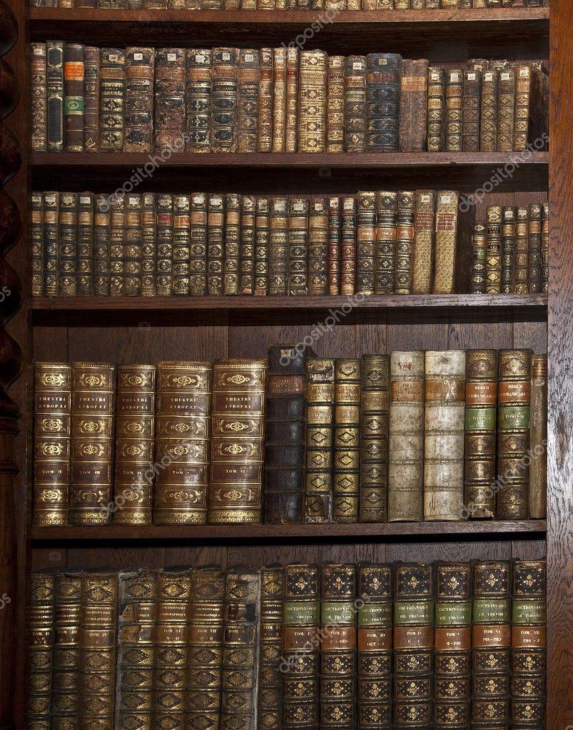 Фотообои на заказ - исторических старых книг в старой библио.