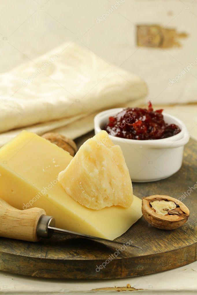 Sýrový talíř s ořechy a džemem — Stock fotografie