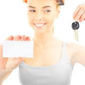 šťastná žena nosí ochranné helmy, nový klíč a prázdné
