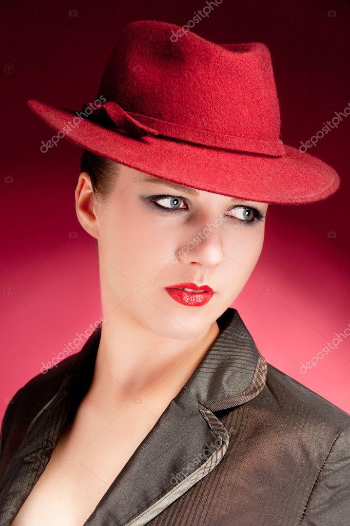 porträtt av sensualitet snygg kvinna i röd hatt — Stockfotografi ... 43392df56b5b5