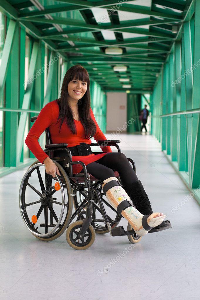 Donna con gamba in gesso - Foto Stock: Foto, Immagini ...