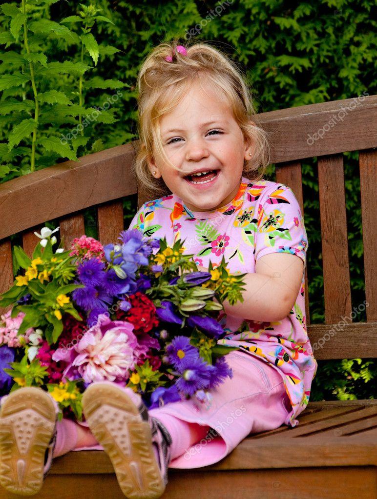 enfant avec un bouquet de fleurs cadeau pour maman photographie ginasanders 8269350. Black Bedroom Furniture Sets. Home Design Ideas