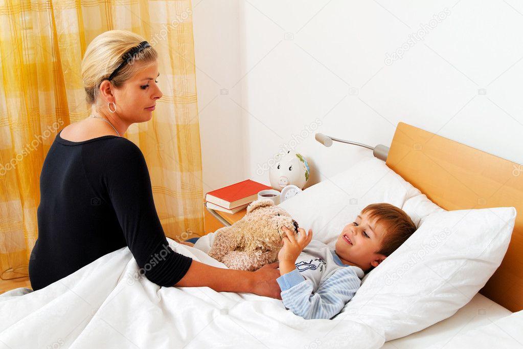 а мама и сын в кровати