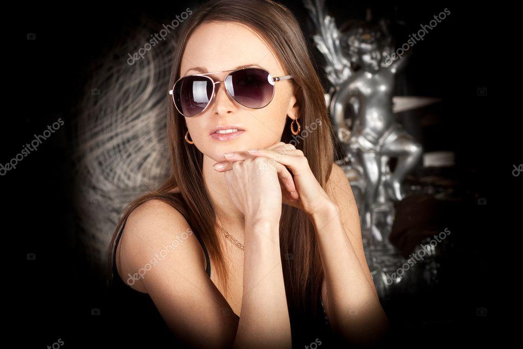 b7ceaa9ff Jovem morena elegante em óculos de sol elegante — Fotografia de Stock