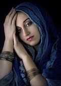 portrét mladé krásné ženy v kroji