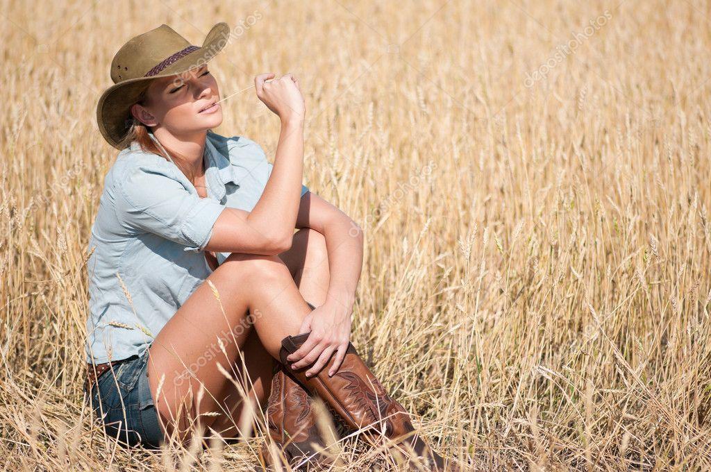 Donna bella cowboy con capelli perfetti e pelle in posa in un campo di  grano del paese — Foto di markin fdbd90750153