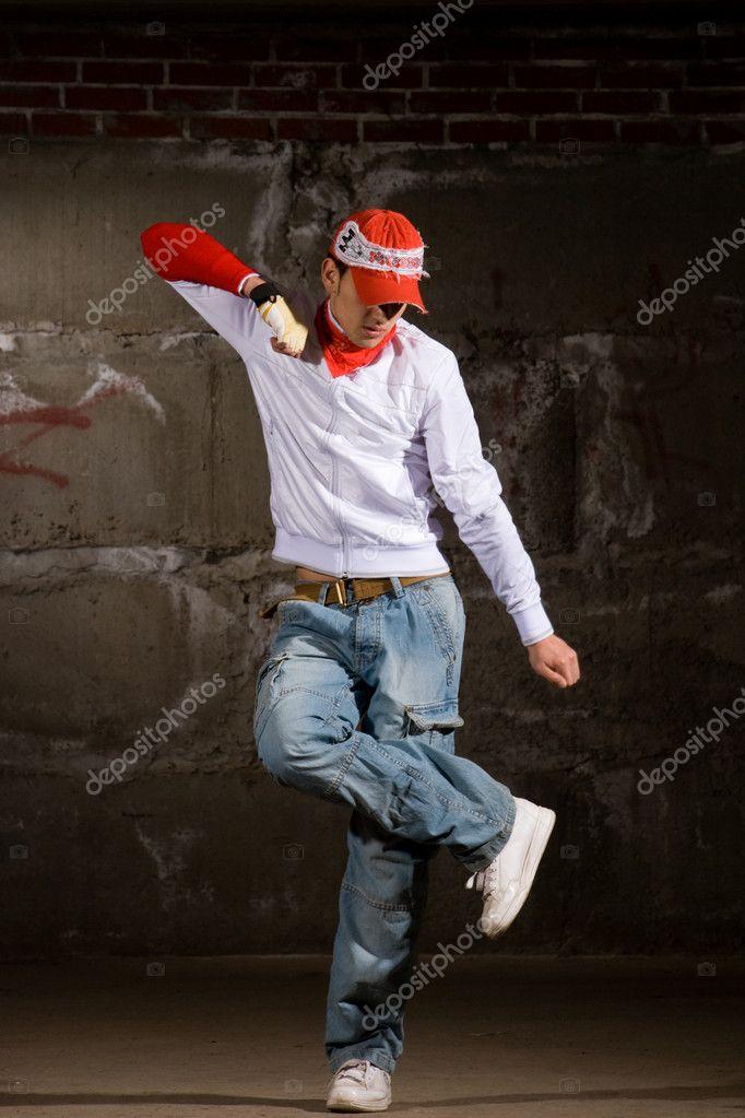 Chico hip-hop bailando en estilo moderno sobre pared de ladrillo gris–  imagen de stock 1460093fae9