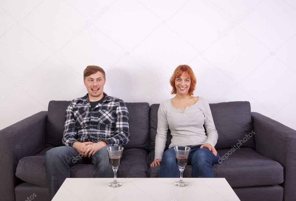 Молодая русская пара на диване, гигантские сиськи дрочат