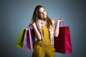 žena držící nákupní tašky