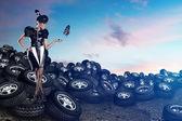 Fényképek A gumiabroncsok, a kék égen vonzó afrikai nő
